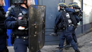 巴黎悼念劉少堯集會現場附近一名受傷防暴警察被同袍抬走(2/4/2017)