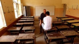 Quentin Sommerville, öğretmen Yusuf ile görüşüyor.