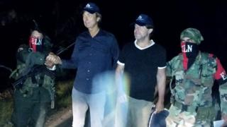 The freed Dutch journalists flanked by ELN fighters