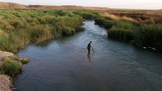 پیشمرگه در حال ماهی گیری