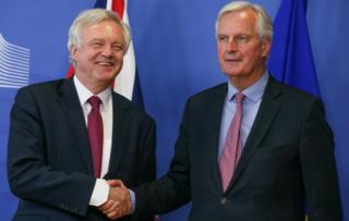 İngiltere AB Bakanı David Davis (solda) ve AB Başmüzakerecisi Fransız Michel Barnier kameraların karşısına geçti