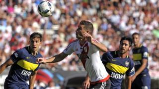 Jugadores de Boca Juniors y River Plate disputan el balón
