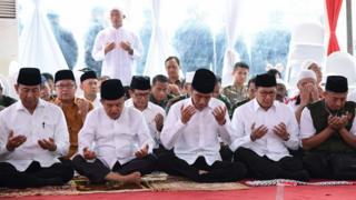 Menkopolhukam Wiranto, Wapres Jusuf Kalla, Presiden Joko Widodo, Menteri Agama Lukman Hakim salat Jumat di Monas dalam aksi 212, 2 Desember 2016