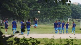 কলকাতার একটি মাঠে ফুটবল খেলোয়াড়দের অনুশীলন