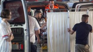 Медики везут в больницу женщину с ножевым ранением