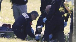 法國警方拆彈專家在巴約訥市郊處理一批「埃塔」組織槍支(8/4/2017)