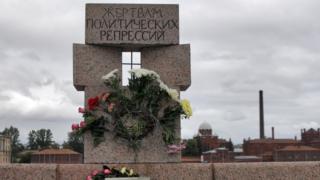 """Памятник жертвам сталинского террора в Санкт-Петербурге (на заднем плане следственный изолятор """"Кресты"""")"""
