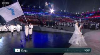 平昌冬季五輪開会式では、韓国と北朝鮮の選手たちが統一旗の下で共に行進した