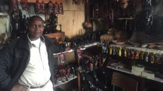 Umugabo agurisha ibidandazwa vy'utugenegene mu gisagara ca Nairobi