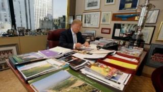 Trump akiwa katika ofisi yake ya biashara zake