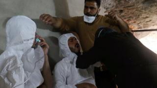 、4月4日にイドリブ県ハーン・シェイフンで治療を受ける人たち