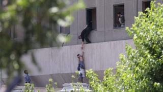 Meclis'teki bir çocuk, pencereden böyle çıkarıldı