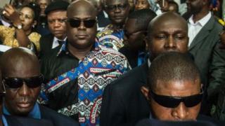 Félix Tshisekedi (centre), le fils d'Etienne, entouré de ses gardes du corps.