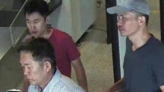 Nghi phạm Ri Ji Hyon (người đội mũ) cùng hai nghi phạm khác là Ri Jae Nam và Song Hak Hong (áo đỏ)