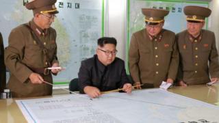 朝鲜领导人金正恩在和军队高层讨论关岛计划