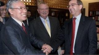 Thượng tướng Nguyễn Văn Hưởng (trái) bắt tay quan chức Mỹ gồm Đại sứ nhiệm kỳ trước, Michael Michalak (giữa) và Scot Marciel, trợ lý Ngoại trưởng Hoa Kỳ về Đông Á - Thái Bình Dương hồi tháng 2/2010.