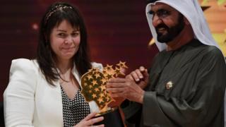 Maggie MacDonnell recibiendo el premio.