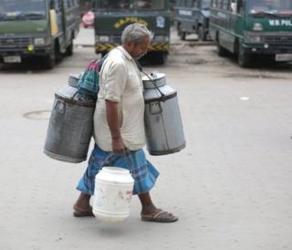 Hindistan'da Batı Bengal eyaletinin başkenti Kalküta'daki bu sütçü 1 Mayıs kutlamalarına rağmen çalışanlardandı.