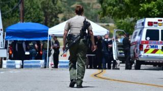 発砲事件のあったノースパーク小学校に集まる警察や救急車(10日、米カリフォルニア州サンバーナディーノ)