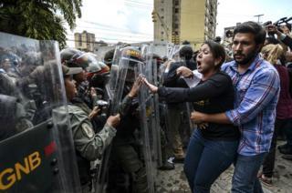 La diputada de oposición en Venezuela Amelia Belizario se enfrenta a un guardia nacional frente a la sede del TSJ en Caracas durante las protestas del 30 de marzo de 2017