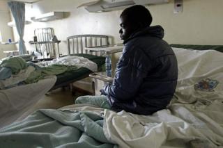Un patient assis sur un lit d'hôpital de la capitale kenyane