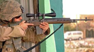 جندي أمريكي يؤدي مهام في بلدة تلعفر