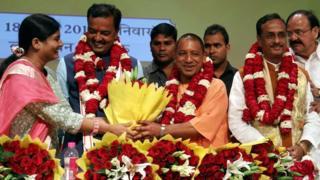 Adityanath (dhexda ku jira) ayaa la magacaabay markii xisbigiisa BJP doorashadii gobolka ku guulaystay