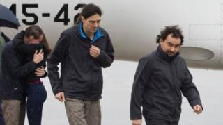 Antonio Pampliega (left), Jose Manuel Lopez (centre) and Angel Sastre, arrive at the military airport in Madrid (08 May 2016)