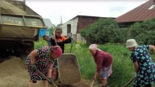 Svedniy Bugalish köyünün kadınları köy yolunu onarıyor