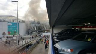 ブリュッセルのザベンテム空港で爆発が相次ぎ、煙が上がった(22日午前)