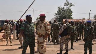 Une scène des négociations de la mutinerie de janvier dernier. Les soldats attendent l'arrivée du ministre de la défense à l'aéroport de Bouaké.