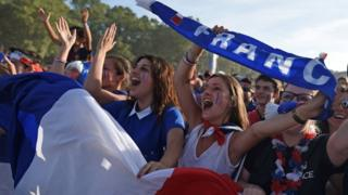 France's supporters cheer at the fan zone in Bordeaux prior to the Euro 2016 football tournament final match between Portugal and France (10 July 2016)