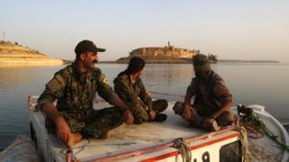 SDG savaşçıları Esad Gölü üzerindeki Cabar Kalesi önünde, 29 Nisan, 2017