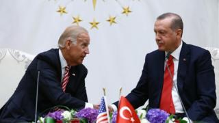 Joe Biden, Cumhurbaşkanı Erdoğan'la el sıkışıyor.