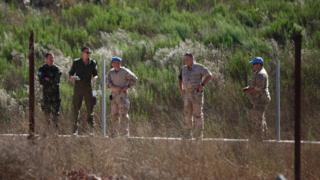 İsrail askerleri ve BM yetkilileri Golan Tepeleri'nde Suriye roketinin düştüğü bölgeyi inceliyor, 10 Eylül 2016.