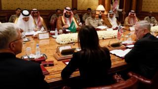 جيمس ماتيس وزير الدفاع الأمريكي خلال اجتماعه بالقادة السعوديين