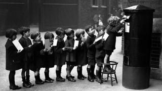 1926 год. Английские школьники отправляют письма - разумеется, строго по очереди