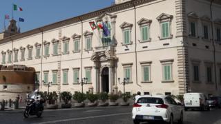 Roma'da Cumhurbaşkanlığı Sarayı önündeki çiçek saksısı bariyerler