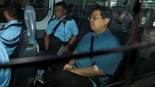 林子健(右)在警方押送下抵达香港九龙城裁判法院(17/8/2017)