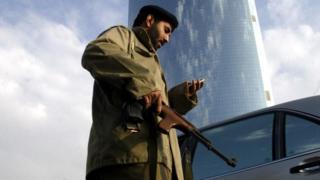 رجل أمن سعودي في حاجز أمني للسيارات
