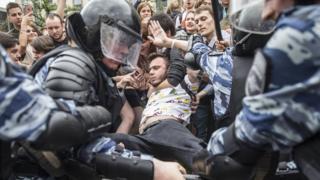 Полиция задерживает представителя Фонда борьбы с коррупцией на акции в Москве