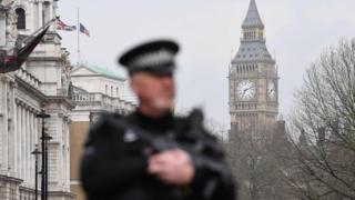 Policial perto do Parlamento