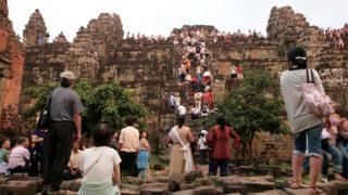 В 1990-е годы из-за страха перед красными кхмерами Ангкор-Ват посещало всего несколько тысяч человек в год - сейчас же сюда съезжаются миллионы