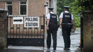 两名北爱警察厅警员进入贝尔法斯特南部某投票站(8/6/2017)
