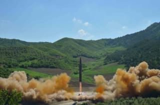 """朝鮮官方電視台說,在朝鮮領導人金正恩的監督下,朝鮮發射了一枚""""火星14號""""洲際彈道導彈。"""