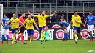 Шведские игроки радуются, что поедут на следующий этап Чемпионата впервые с 2006 года