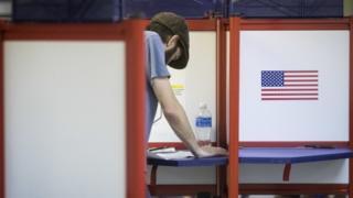 Eleitor americano lê informações sobre como votar em Cincinatti, EUA