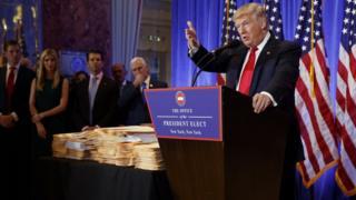 特朗普11日在特朗普大廈召開的記者會上發表的大量言論都引發爭議。包括特朗普大廈在內,他處置自己旗下資產的方式引來了尖銳的質疑。