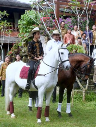 Jokowi dan Prabowo naik kuda di Hambalang.