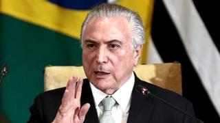 Plusieurs États brésiliens, notamment celui de Rio de Janeiro, sont au bord de la faillite, et les fonctionnaires accumulent parfois plusieurs mois de salaires impayés.